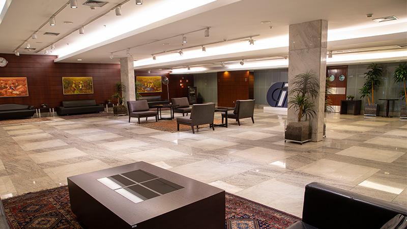 Foto do Foyer (Salão de Eventos), mostrando o amplo espaço disponível