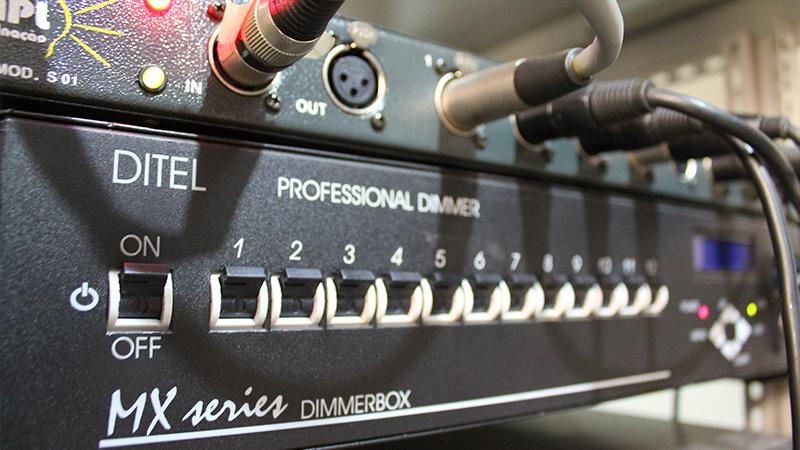 Foto de um equipamento de dimmer profissional da marca DITEL