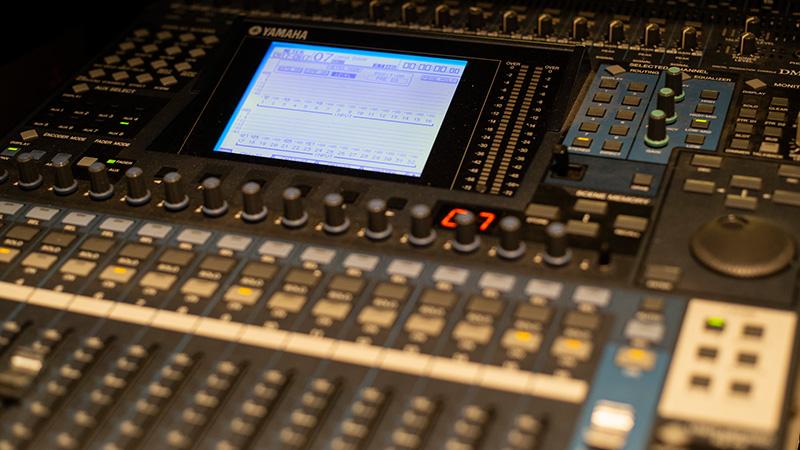 Equipamento de áudio com diversos botões e tela LCD da marca Yamaha