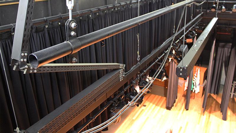Foto tirada por cima do palco do Teatro CIEE, onde é exibido o cabeamento embutido em varas elétricas retráteis