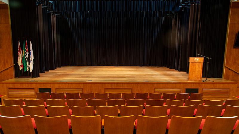Teatro CIEE - Foto tirada próximo das cadeiras e voltada ao palco