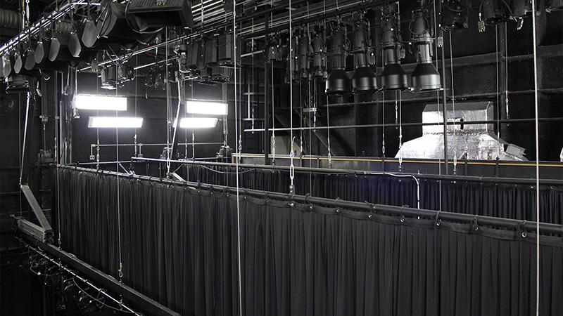 Foto tirada por cima do palco do Teatro CIEE, onde é mostrado as vestimentas cênicas