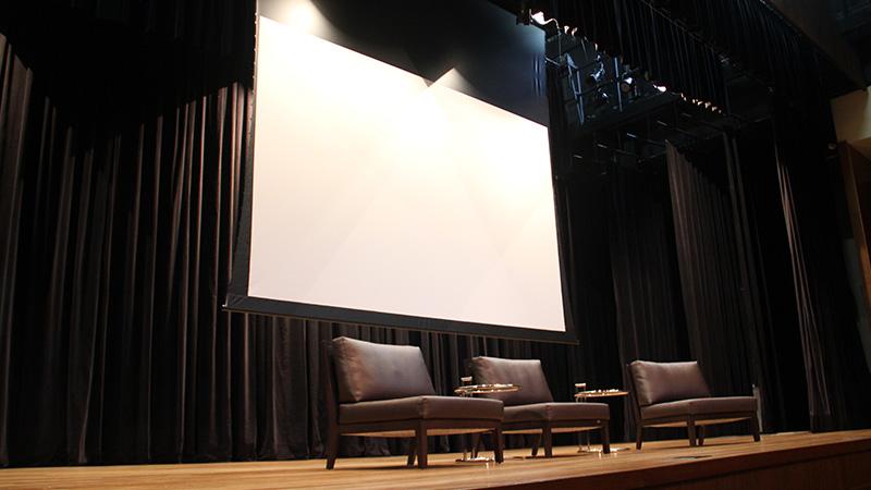Foto do palco do Teatro CIEE, onde é mostrado a tela de projeção 186″ no formato 16:10