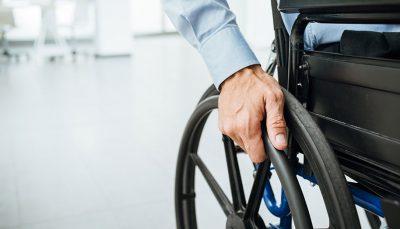 Trabalhador em cadeira de rodas