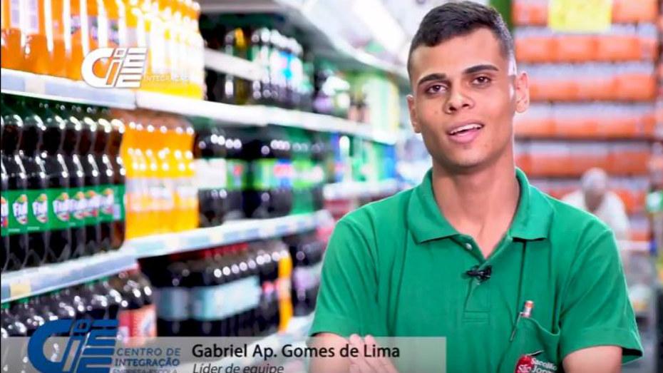 Gabriel Gomes de Lima aprendiz de Comércio e Varejo de frente em um corredor de mercado.