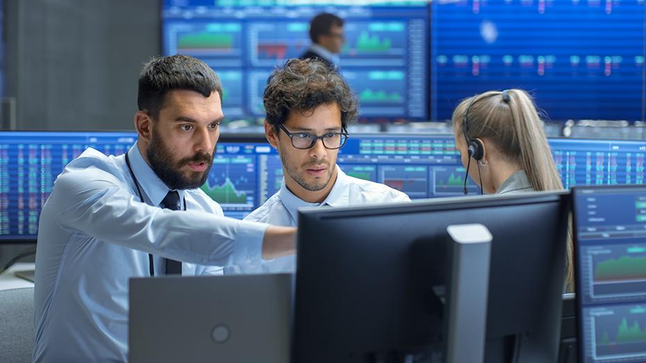 Dois profissionais visualizando uma tela de computador