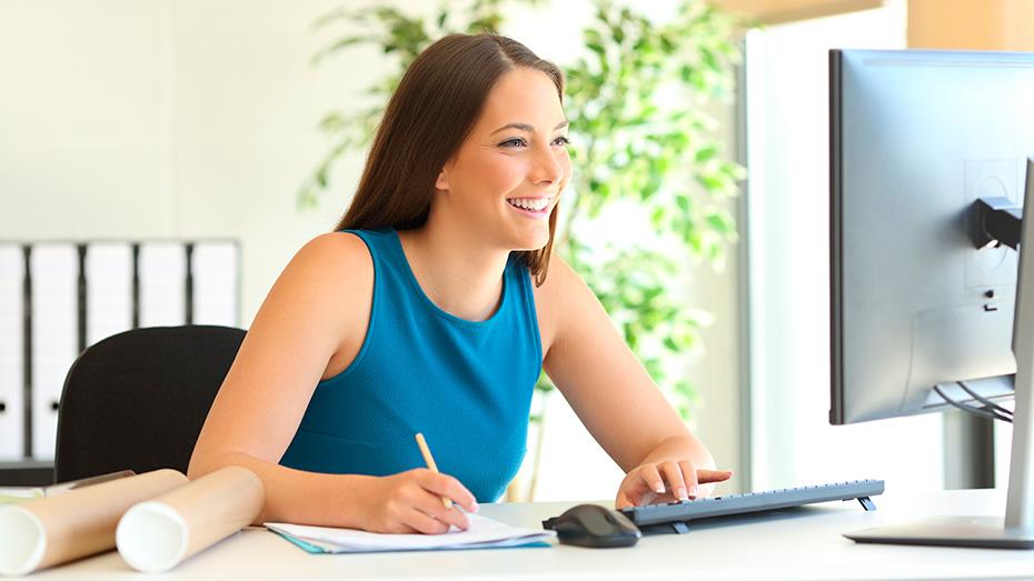 Mulher de negócios olhando para uma tela de computador