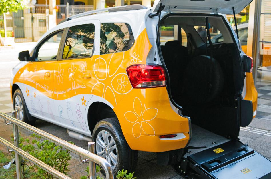 Automóvel estilizado do Inclui CIEE, demonstrando o acesso na parte traseira.