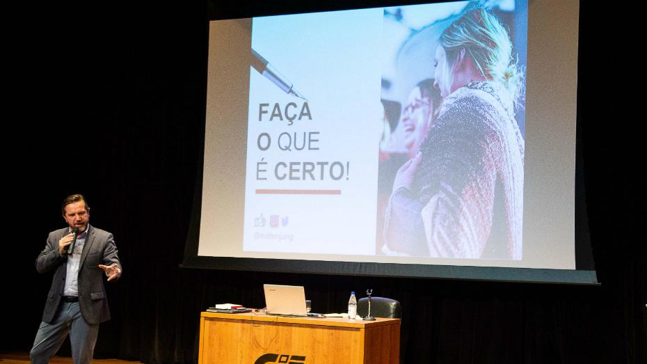O jornalista Milton Jung em palestra para aprendizes no Teatro CIEE em SP