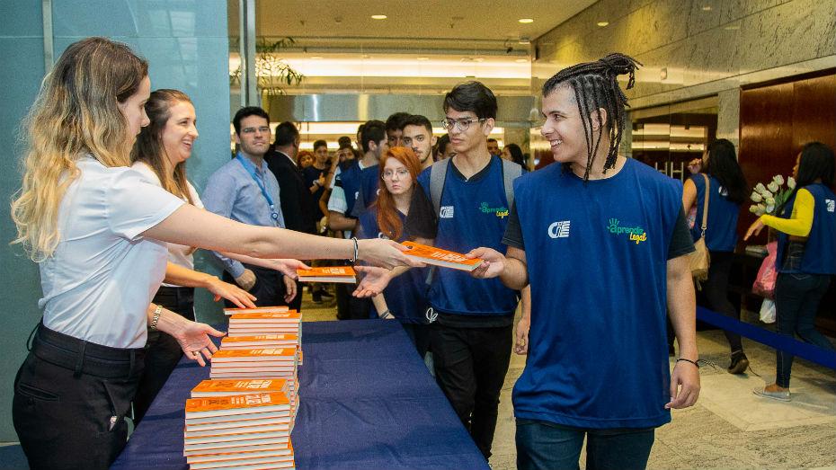 os jovens que estiveram na palestra foram presenteados com um exemplar do livro Proibido Cala
