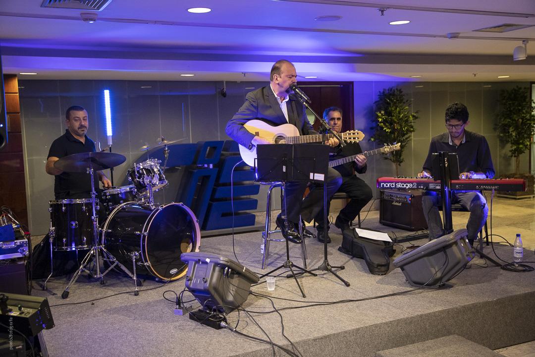Eduardo Santhana durante o pocket show com poemas musicados.