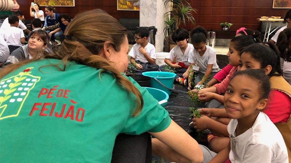 Grupo Pé de Feijão ensinou as crianças a botar a mão na terra e plantar mudinhas de menta.