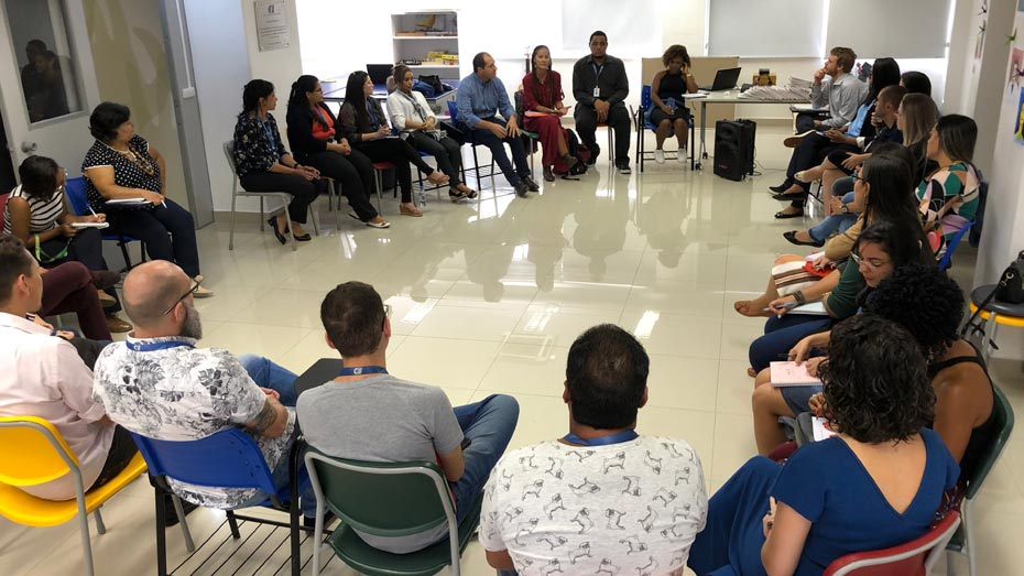 Equipes de instrutores e orientadores sociais do CIEE começando a reunião.