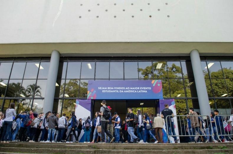 Seundo dia expo ciee estudantes fazem fila para entrar no Pavilhão do Ibirabuera