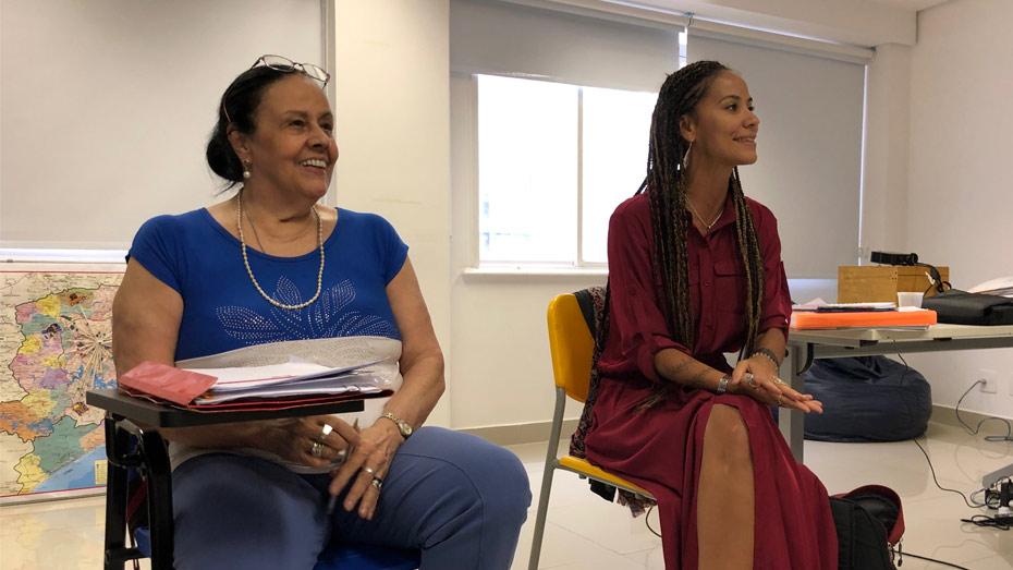 Stela Graciani (esq.), professora da PUC-SP, puxou uma roda de conversa sobre educação inspirada nas lições de Paulo Freire. Luana Bottini, supervisora de projetos sociais do CIEE, também participou.