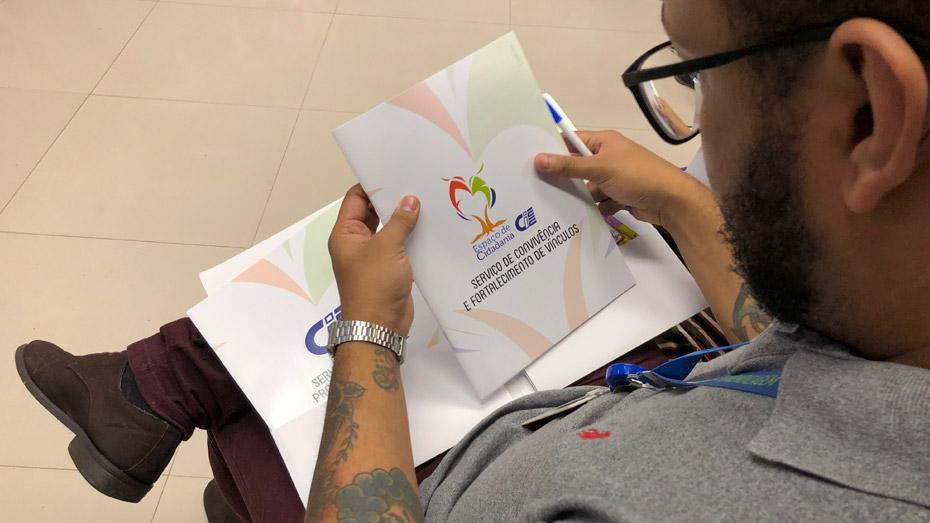 Participantes receberam o Anuário da Superintendência de Ação Social e Filantropia do CIEE