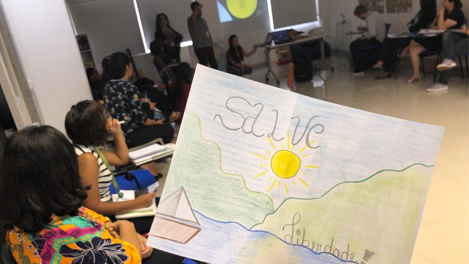 Durante apresentação, os instrutores das Oficinas de Cri@tividades, em São Paulo/SP, compartilharam cartões produzidos pelos jovens da Fundação Casa.