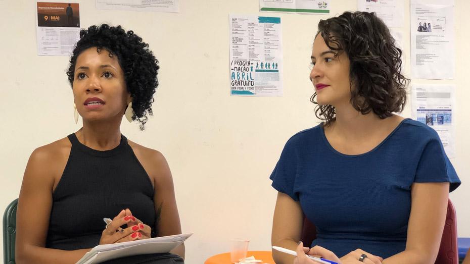 Késsia da Silva (dir.) e Maria Carolina Alves, do Ministério da Cidadania, participam do encontro dos Espaços de Cidadania do CIEE, em São Paulo/SP.