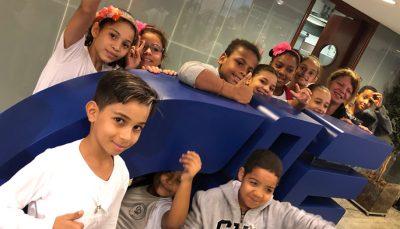 Crianças da Escola Estadual Professora Ludovina Credidio Peixoto com a professora Egle Pereira Pazo.