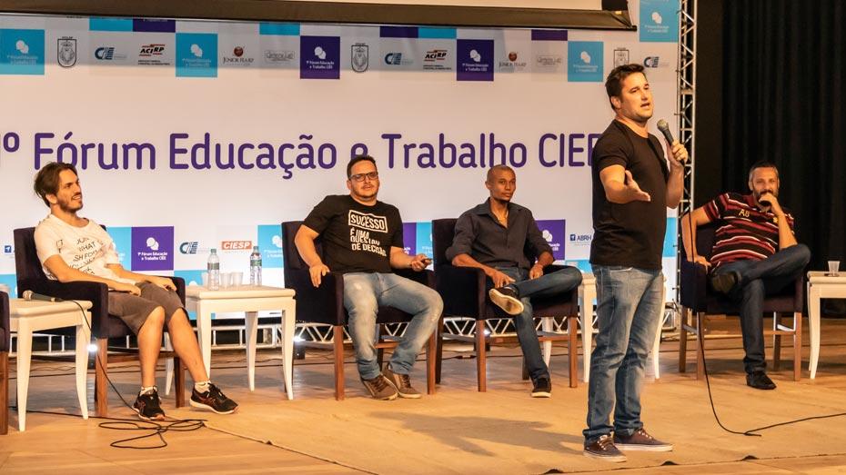 Filipe Pontes faz apresentação de stand-up com o grupo de comédia 'Os Preferenciais', formado por pessoas com deficiência.