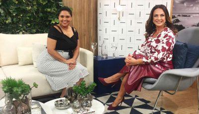 Sentadas, Diana Camara e Claudia Tenório sorriem para foto em estúdio do programa Vida Melhor