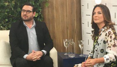 Leonardo Filenti e Claudia Tenório, apresentadora do programa Vida Melhor, no estúdio, atentos a pergunta de telespectadores