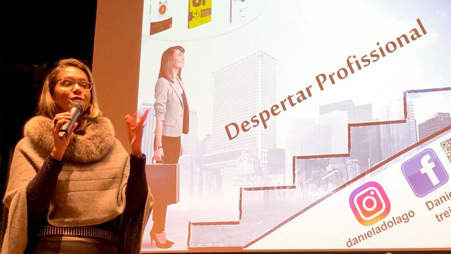 Professora Daniela Lago em palestra gratuita no CIEE.