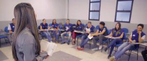 Instrutora diante a diversos estudantes no Programa Aprendiz Legal
