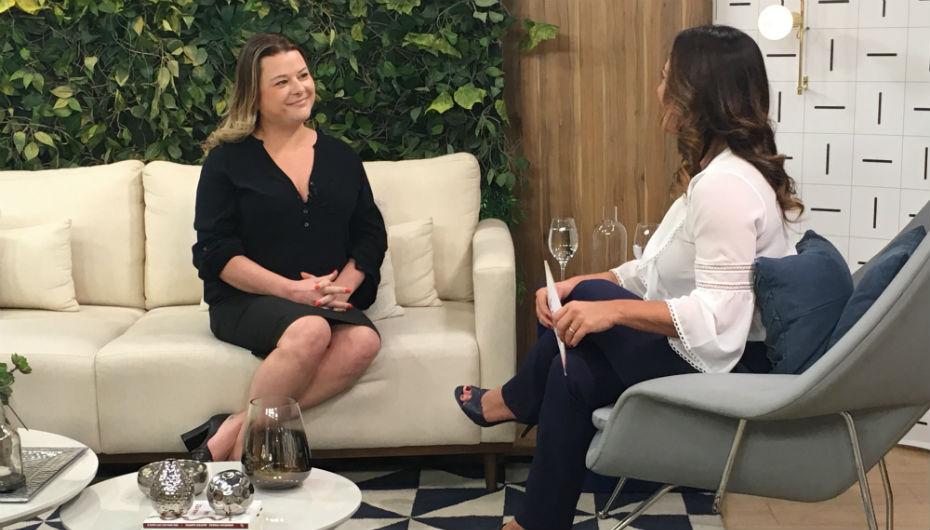 Cristiana Mango conversa com Claudia, apresentadora do programa. Ela está sentada em um sofá e a apresentadora em uma poltrona em sua diagonal