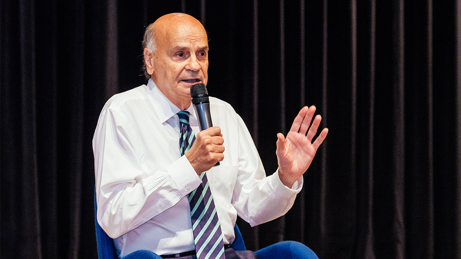 Dr Dráuzio Varella segura microfone e gesticula em em palestra no Teatro CIEE em junho de 2019