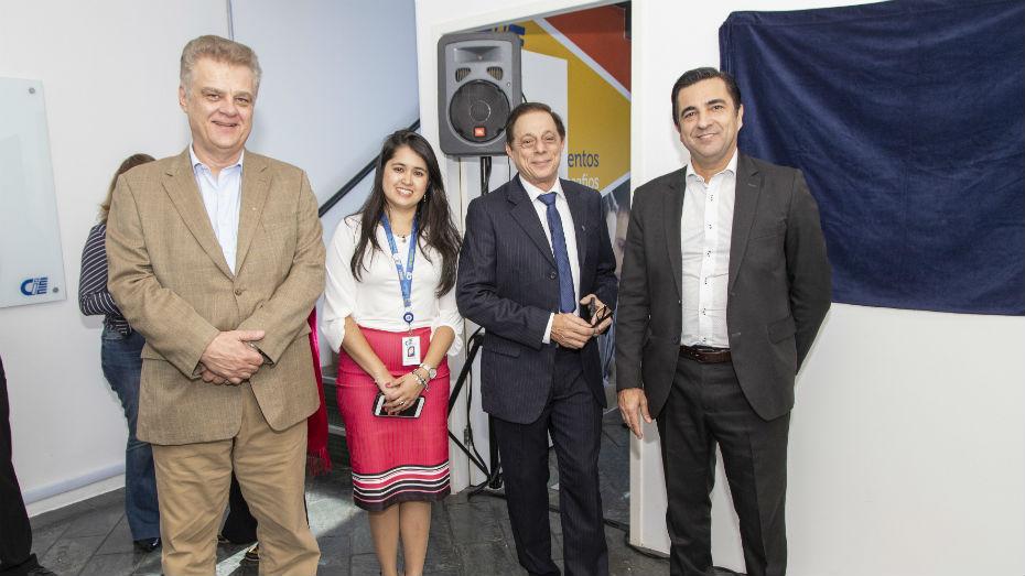 Humberto Casagrande, Patricia Testei, Representante do Ministério do Trablho e Luiz Gustavo posam para foto em frente a placa de inauguração da unidade Zona Leste