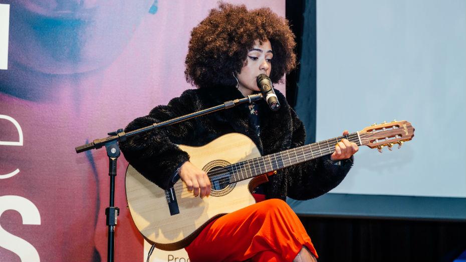 Bruna Black subiu ao palco para tocar duas músicas autorais