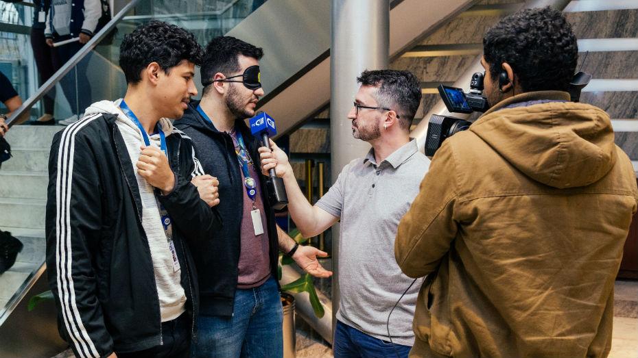 Colaboradores do CIEE participam de oficina de fotografia cega, na Semana da Diversidade