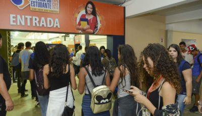 Jovens entram na EXPO CIEE SJC, na primeira edição do evento, em 2018