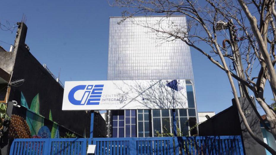 Fachada do prédio da unidade da Zona Leste. Prédio espelhado e portão azul com placa do CIEE