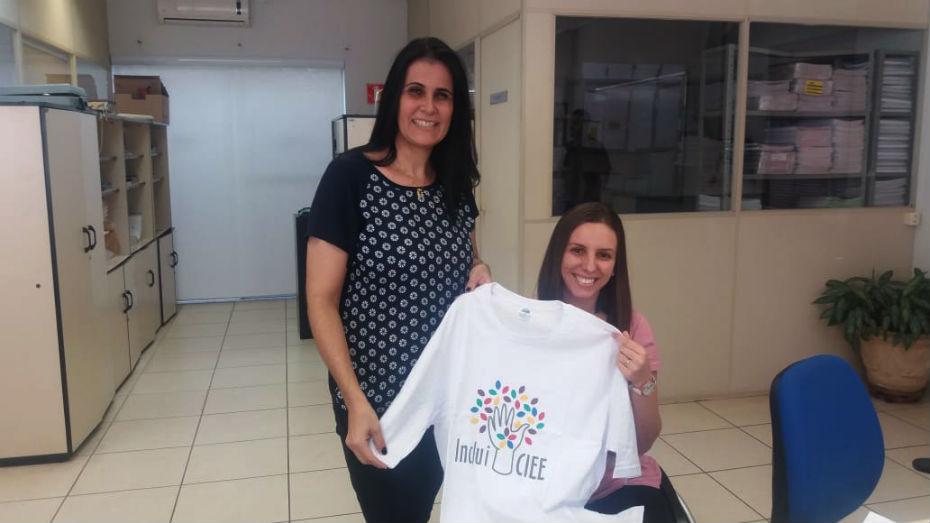 Aprendizes e Estagiários PCDs recebendo camiseta comemorativa do Inclui CIEE