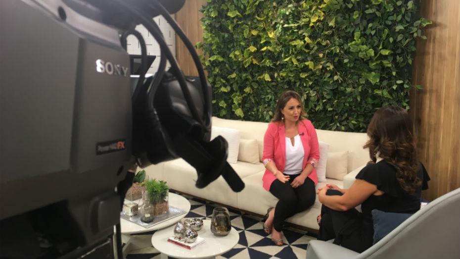 Em primeiro plano uma câmera grava a conversa de Edvania com Claudia no estúdio do program Vida Melhor