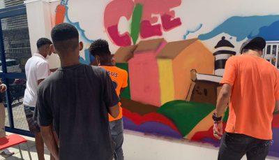Conviventes grafitam muros do Espaço de Cidadania