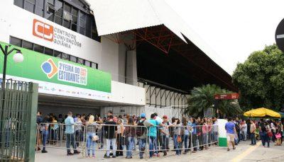 Entrada da expo EXPO CIEE Goiás, realizada em fevereiro de 2018. Uma fila formada de estudantes para acesso ao evento.