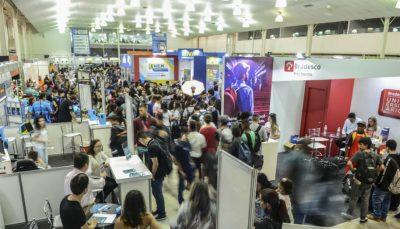 Foto panorâmica da EXPO CIEE São José dos Campos com visitantes estandes e corredores
