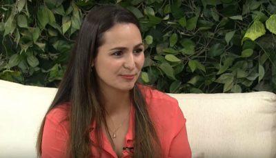 Close do rosto de Natalia durante entrevista nos estúdios do programa Vida Melhor