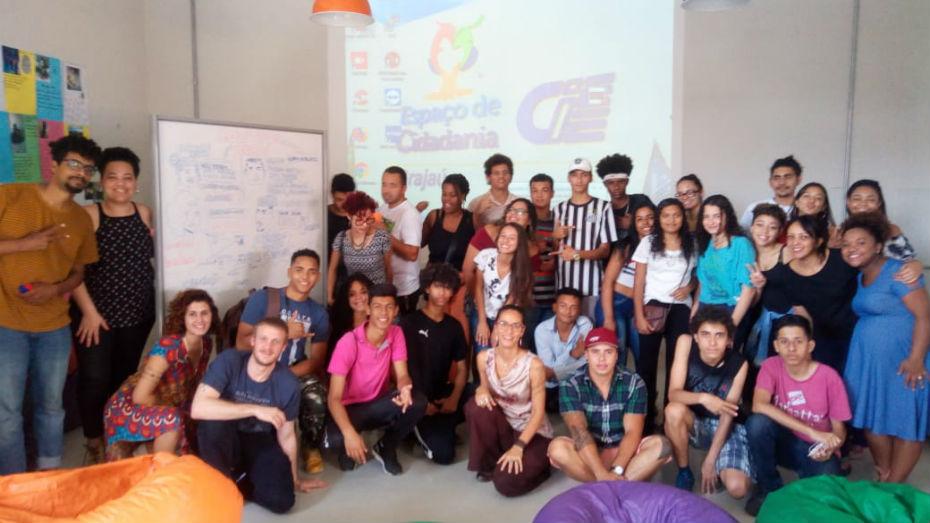 Jovens e representantes dos coletivos reunidos no Espaço de Cidadania do Grajaú