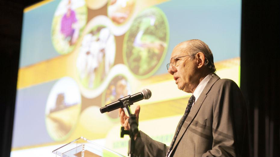 Rubens Barbosa fala ao microfone durante Seminário Agronegócio e Diplomacia Ambiental
