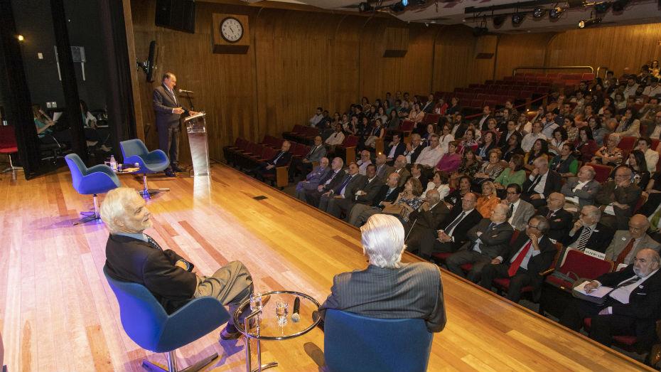 Paulo Nathanael recebe troféu da 23° edição do Prêmio Professor Emérito