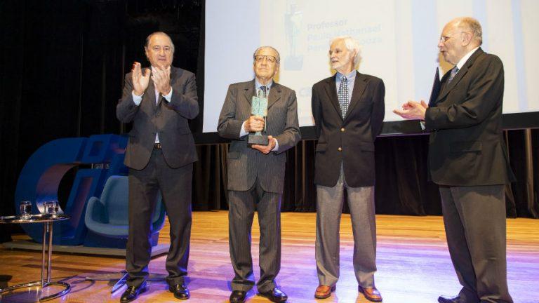 Paulo Nathanael no palco do Teatro CIEE, recebendo o troféu da 23° edição do Prêmio Professor Emérito