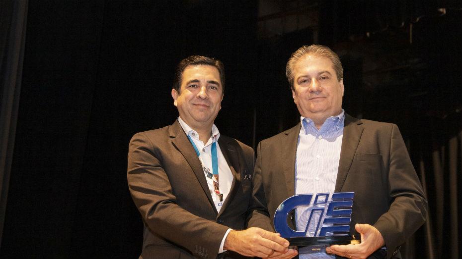 Luiz Gustavo Coppola entrega homenagem do CIEE à Marcelo Britto