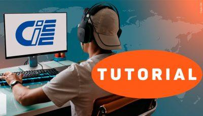 Na imagem, um jovem branco aparece de costas enquanto tecla em um computador. Ele está com fones de ouvido e um boné virado para trás. Na tela do monitor aparece o logo do CIEE.