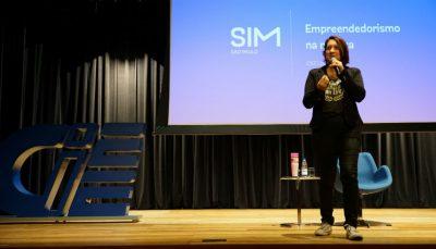 Palestrante Renata Gomes no teatro CIEE, mestre em comunicação e especialista em marketing