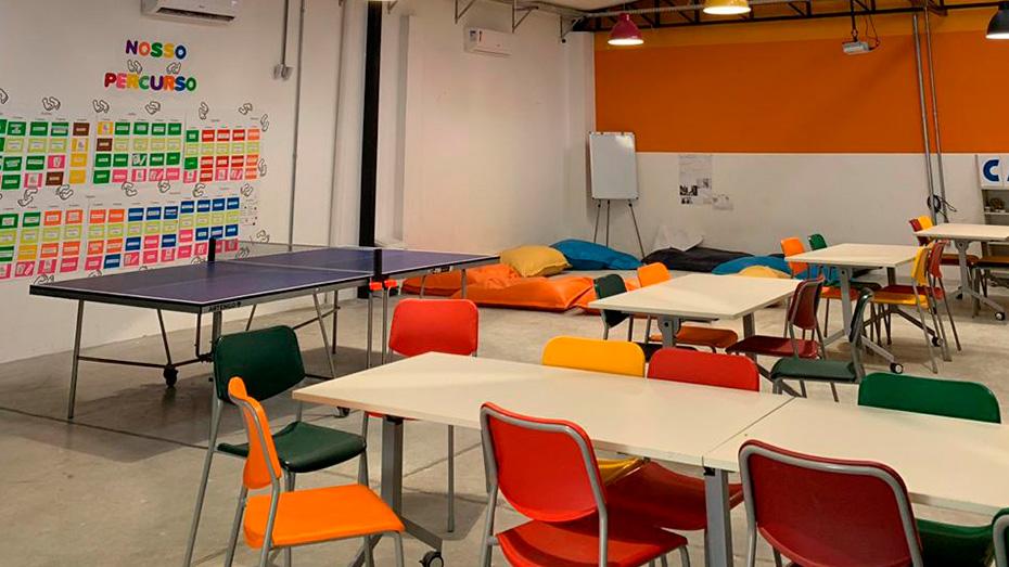 Ambiente com diversas cores, diversas mesas e cadeiras do Espaço de Cidadania Salvador