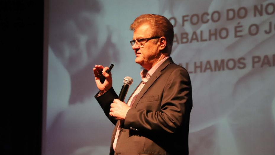 Humberto Casagrande discursa durante evento em São José dos Campos